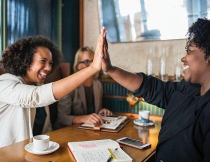 decorativa en curso gestión de conflictos, dos mujeres chocando las manos